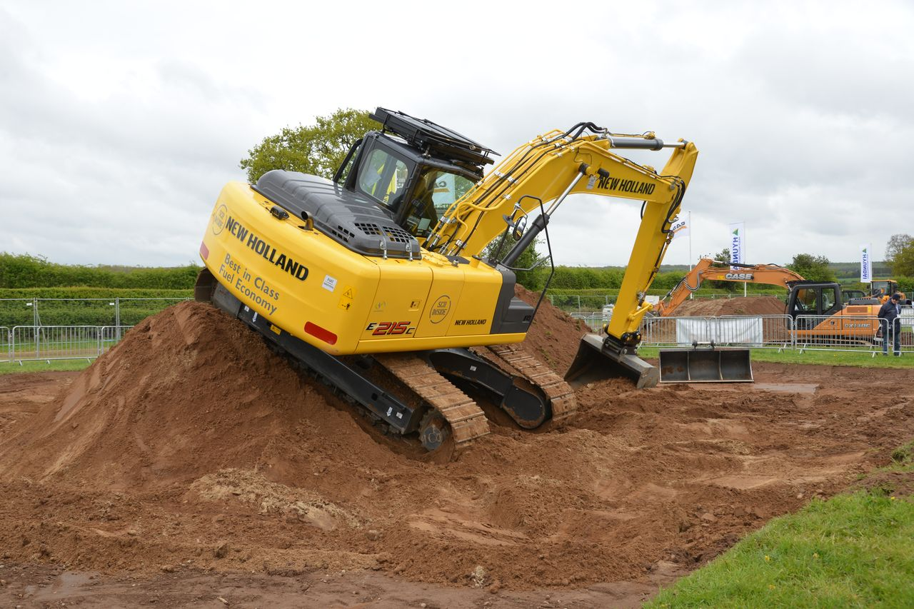 New Holland Tractor People : The inaugural plantworx construction equipment exhibition