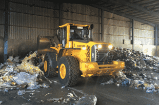 The Volvo L110F wheel loader brings an impressive resume to this demanding job, offering fast work cycles and smooth bucket movements.