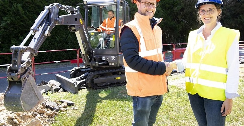 first-volvo-electric-compact-excavator-arrives-at-customer-site